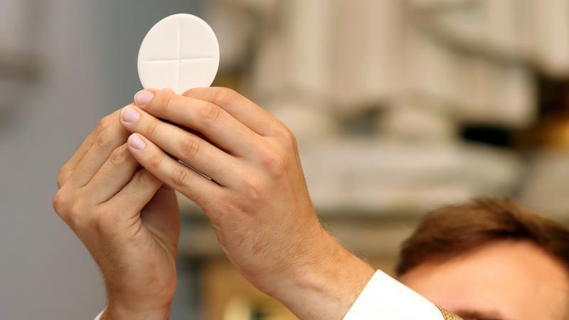 Un végan refuse de communier pour ne pas manger le « corps du Christ »