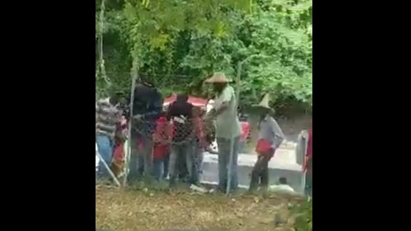 Une quinzaine de grévistes et de syndicalistes arrachent le grillage du jardin de la CTM