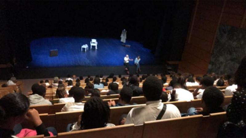 Stéphanie St-Clair au théâtre : quand la metteur en scène et la comédienne rencontrent les scolaires martiniquais