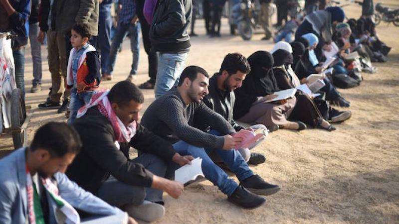 Une chaîne humaine de lecteurs à Gaza contre les violences d'Israël