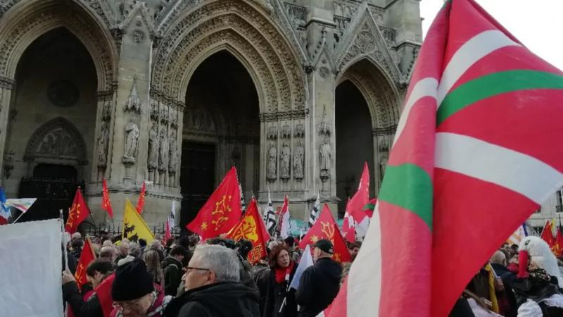 Plusieurs centaines de personnes rassemblées à Paris pour la défense des langues régionales
