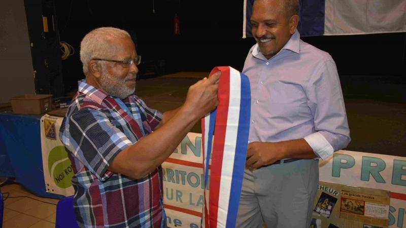 A chercher à satisfaire le déboulonneur et l'électeur, Péyi-a a été pris la main dans le sac