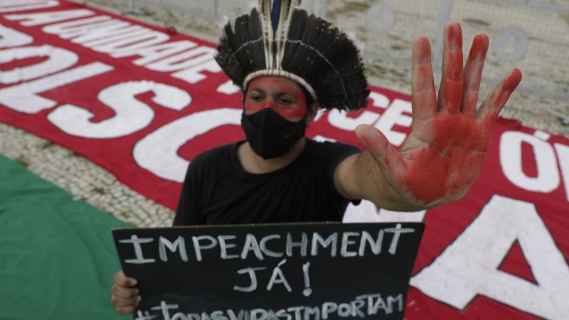 """Pesquisa revela que Bolsonaro executou uma """"estratégia institucional de propagação do coronavírus"""""""