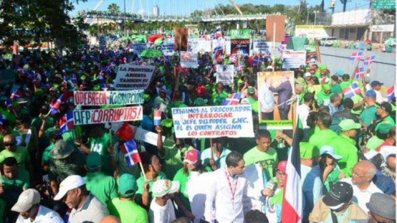 LES DOMINICAINS MARCHENT CONTRE LA CORRUPTION, LES HAÏTIENS DANSENT LE CARNAVAL!