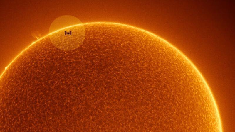 La NASA révèle une photo époustouflante de la Station spatiale internationale passant devant le Soleil