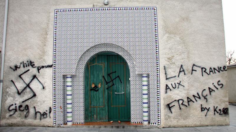 Indre-et-Loire : des croix gammées peintes sur une mosquée en construction