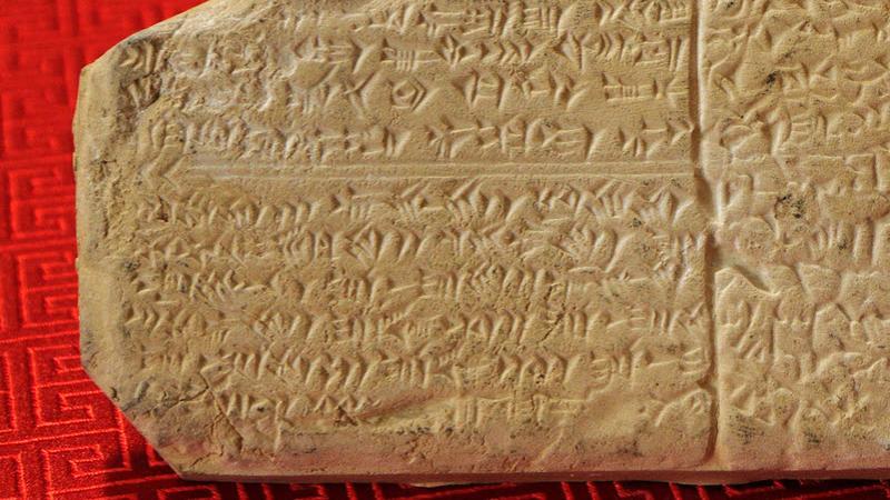 Le MIT a inventé une IA qui déchiffre seule les langues anciennes