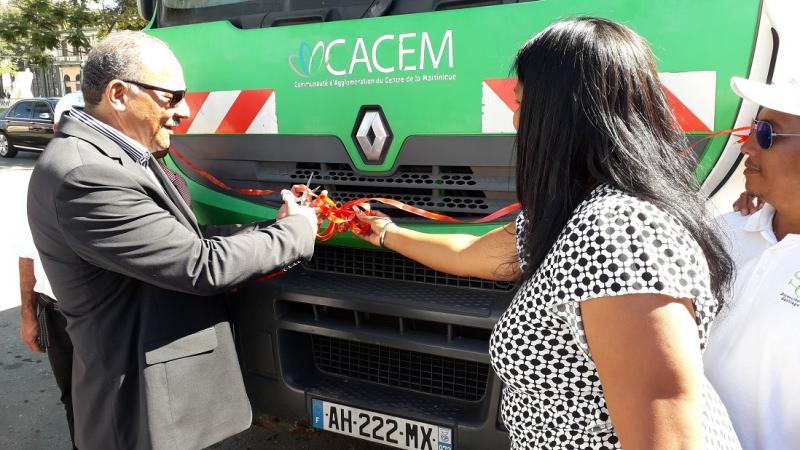 Entrega Martinica a Santiago de Cuba donativo de camiones recolectores de desechos sólidos