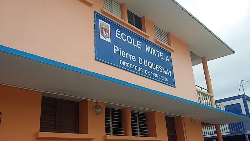 Au MARIN, le 22 janvier 2020, l'Ecole Primaire mixte A est dénommée « Ecole Mixte A Pierre DUQUESNAY, Directeur de 1985 à 2006 »