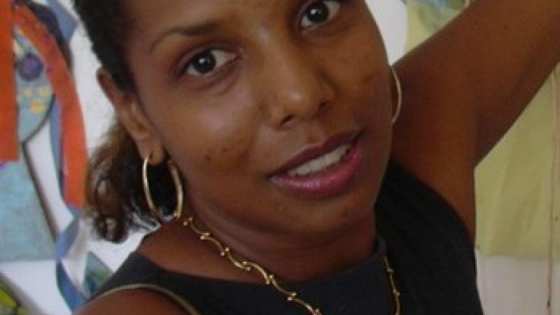 PORTRAIT : Nirmala Devasenaradjounayagar, ou l'étonnant parcours géographique et intérieur d'une artiste plasticienne de mère guadeloupéenne, de père pondichérien, élevée en France et installée en Martinique.