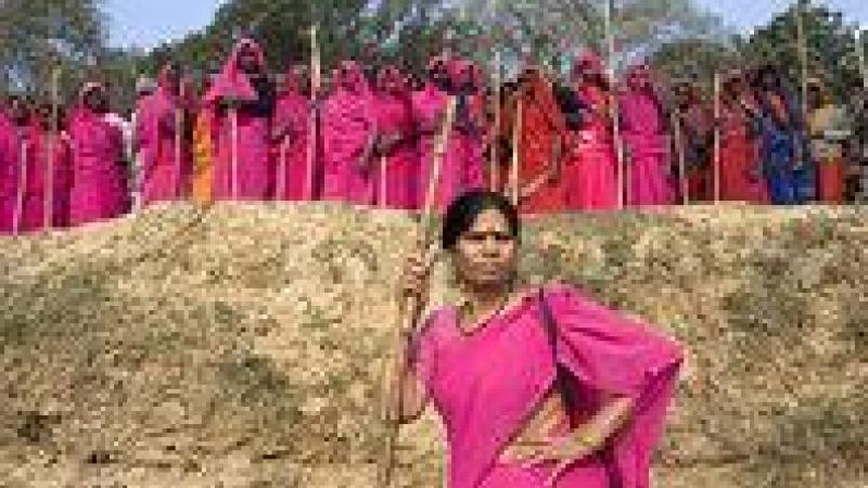 CES FEMMES EN ROSE QUI CORRIGENT LES MACHOS