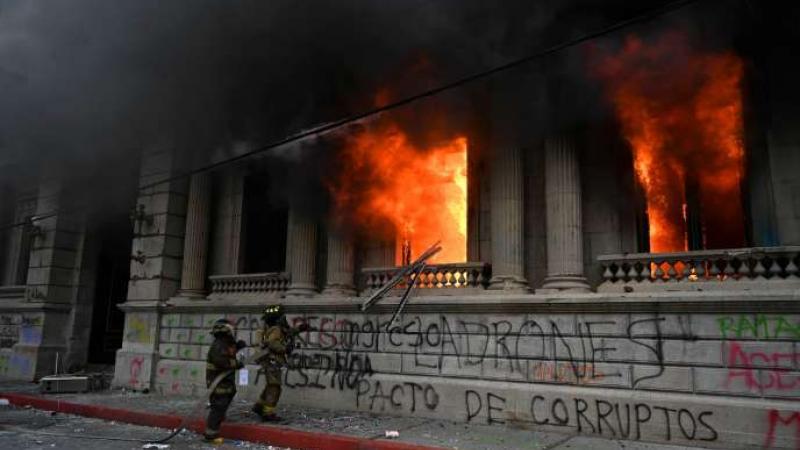 Au Guatemala, le Parlement incendié pour protester contre les coupes budgétaires