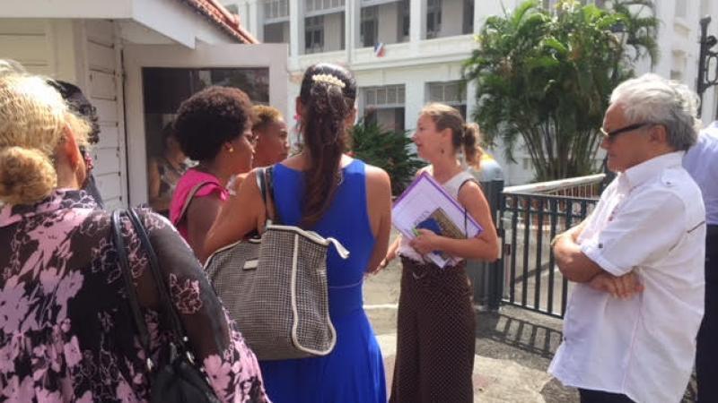 La directrice de cabinet du préfet reçoit le collectif des étudiants sur le parking de la préfecture